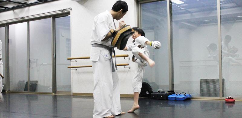 子供空手ミット打ち練習